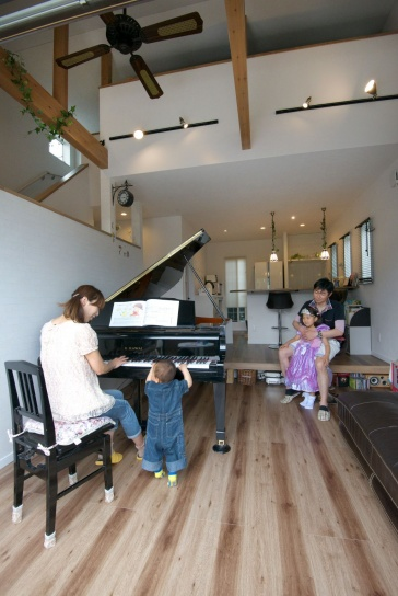 多層空間®で叶えた、グランドピアノのある2階リビングの家