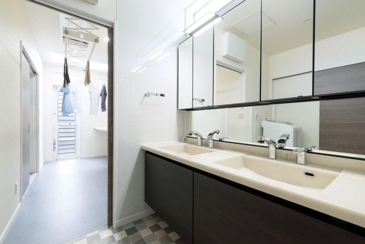 ツインボウルの洗面と広々室内干しスペース