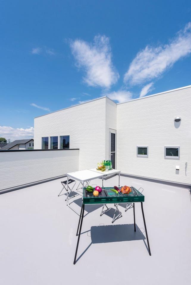 屋上バルコニーでBBQ等おうち時間も楽しめる。