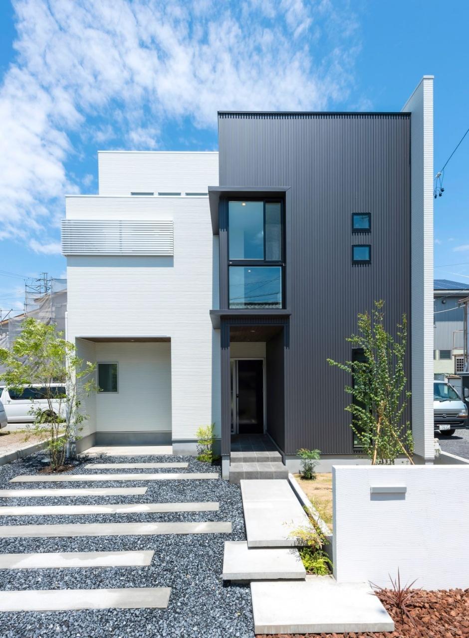 大きな窓を配しインパクトのある外観。外壁は白と黒に貼り分けスタイリッシュに。