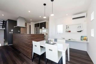 キッチンを囲むのは、リビング天井と同じヒノキの無垢材の壁。程よい高さがあり、来客時にもシンクが丸見えにならないから安心。