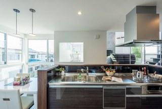 キッチン階とリビング階は、コミュニケーションが取りやすい位置関係。