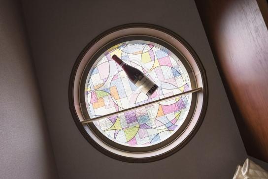 ホームバーの丸窓にはステンドグラス調のパネルで、インテリア性をアップ。