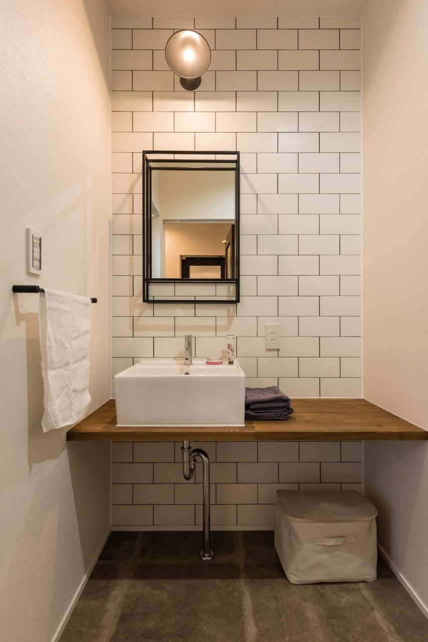 洗面にはサブウェイタイルを用いて、男前スタイルに清潔感をプラス