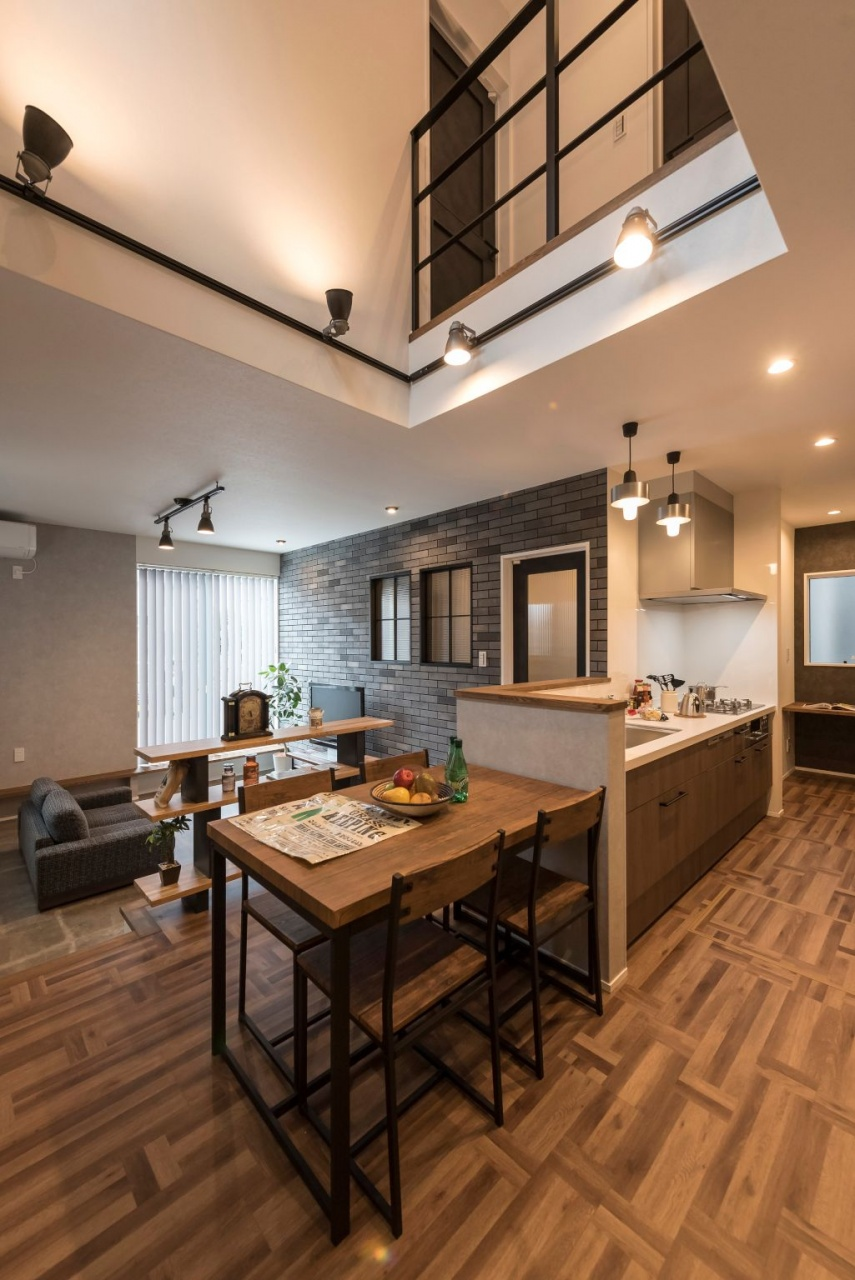 ダイニング上部の吹き抜けは、LDKに開放感をもたらすと同時に、1階と2階を繋ぐ空間。冷暖房効率のよい全熱交換型換気システムが標準仕様で家中が快適に。