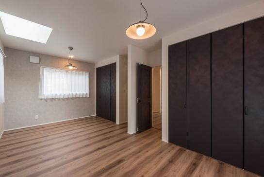 1階のみならず、子ども部屋まで、家中のドアやクローゼットの建具は、レザー調で統一