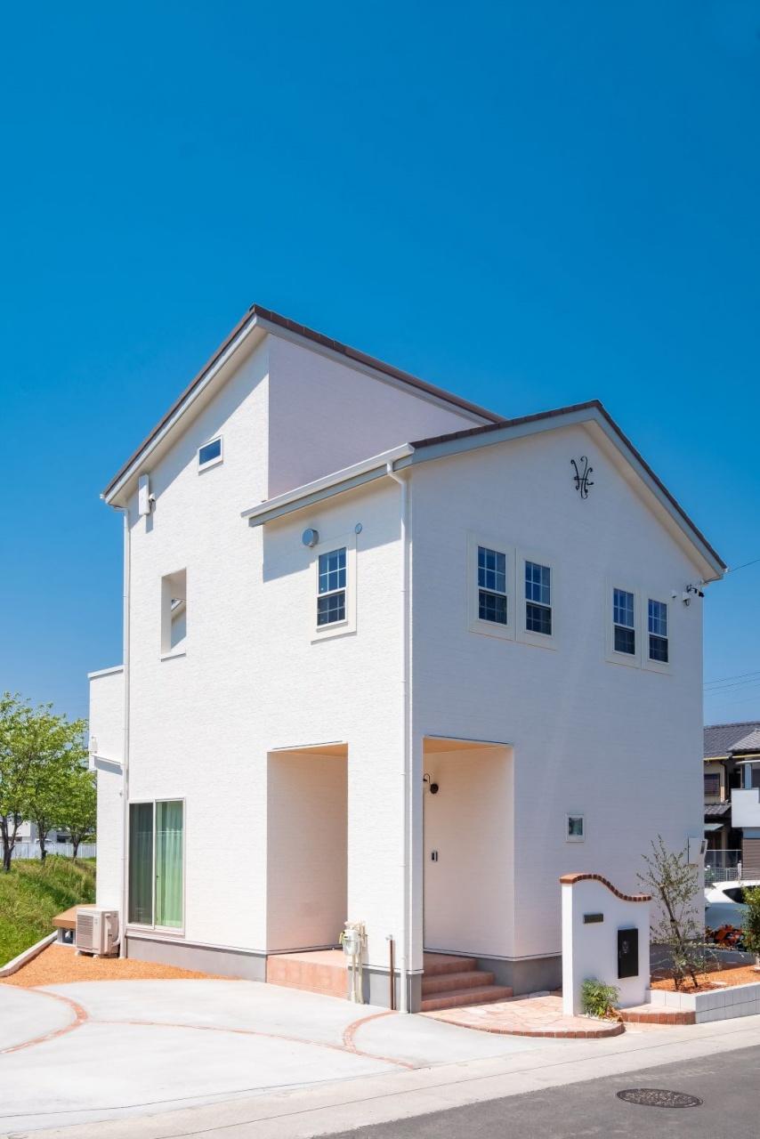 【スタイリッシュで機能的】<br /> 白を基調とした温かみを感じる外観。玄関ドアやタイル、屋根はやさしい色使いで落ち着いた印象。不在中でも荷物が受け取れる宅配ボックス完備。