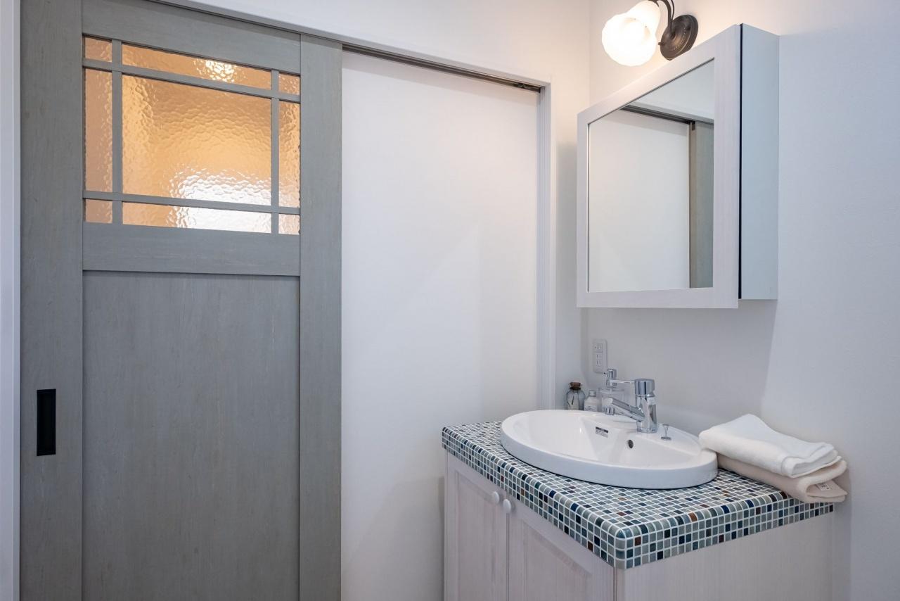 【モザイクタイルの洗面】<br /> インテリアのアクセントとして人気のモザイクタイルを採用した洗面。