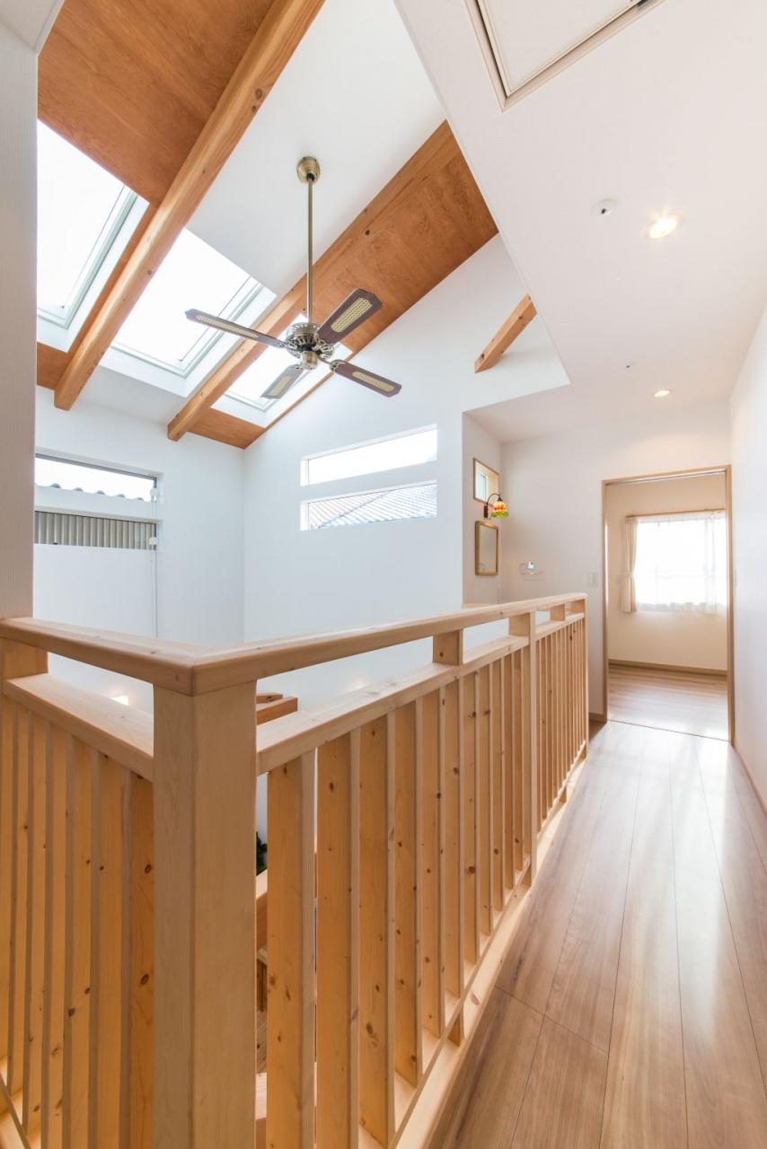 トップライトとスリット窓で採光を確保。2階ホールは壁でなく、木の柵にしてさ らに開放感アップ。2階ホールの手すりは、ちょっぴりこだわって角を取り丸みを帯びた仕上がりに。手触りも優しい