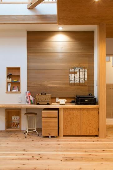 造作カウンター部分の壁に配されたのはデッキ用の木材。リビングの木質感をよりいっそう高めている