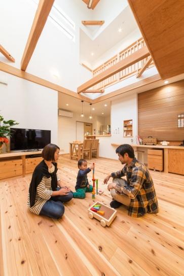 大きな吹き抜けとトップライトのあるリビ ング。スギの無垢材の床が足裏に温かく、 空気清浄効果もある健康塗り壁で、お子さんも安心の家族が集う空間に