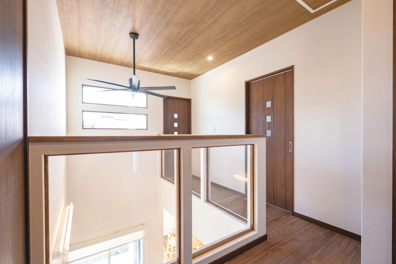 子どもの安全を考えた2階ホールの腰壁は、アクリル板で採光と見通しの良さを確保