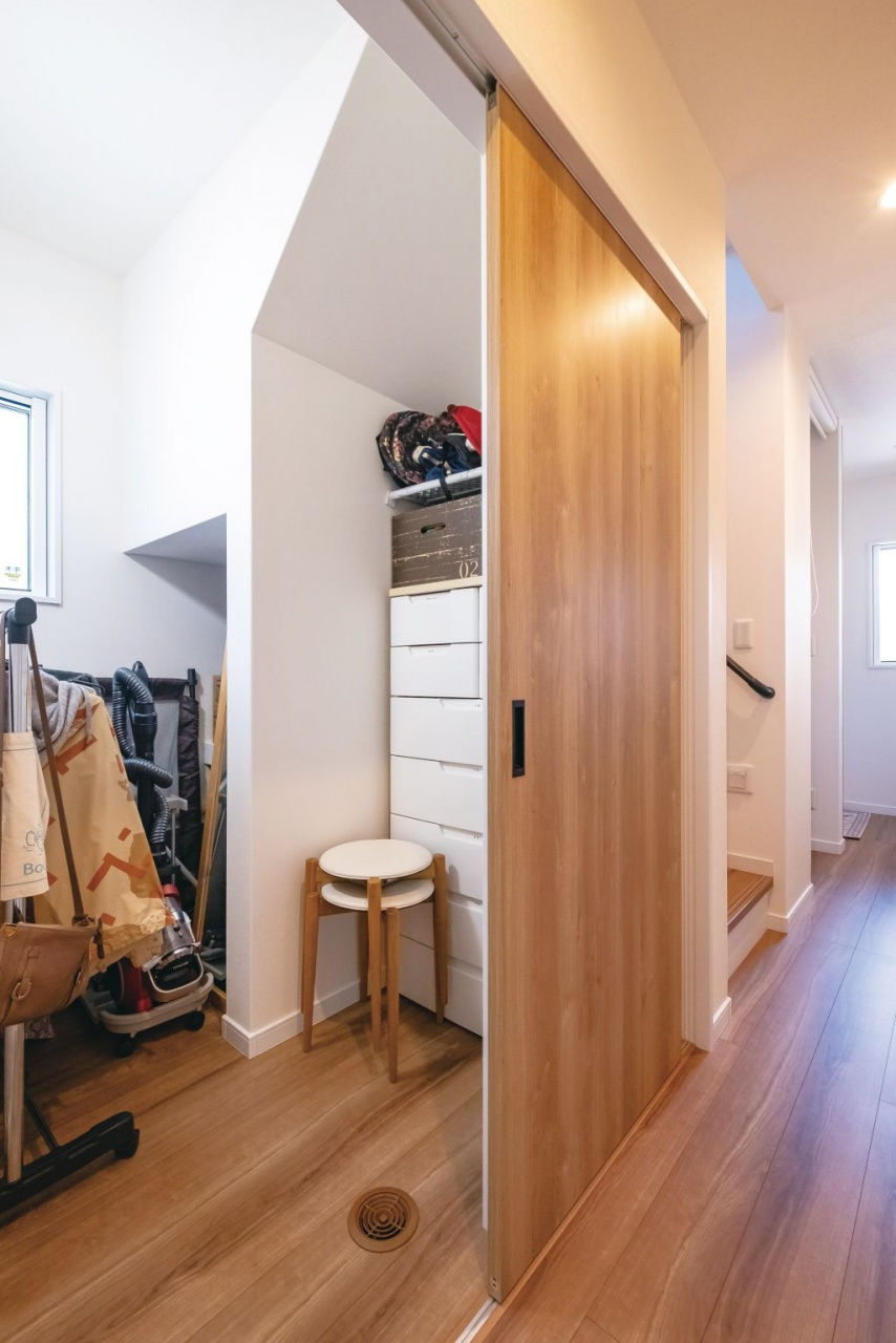 階段下のデッドスペースも収納に活用。