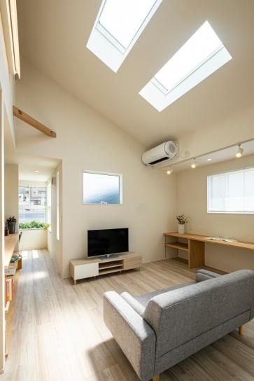 勾配天井の2階リビング。天窓から明るい日差しが差し込む