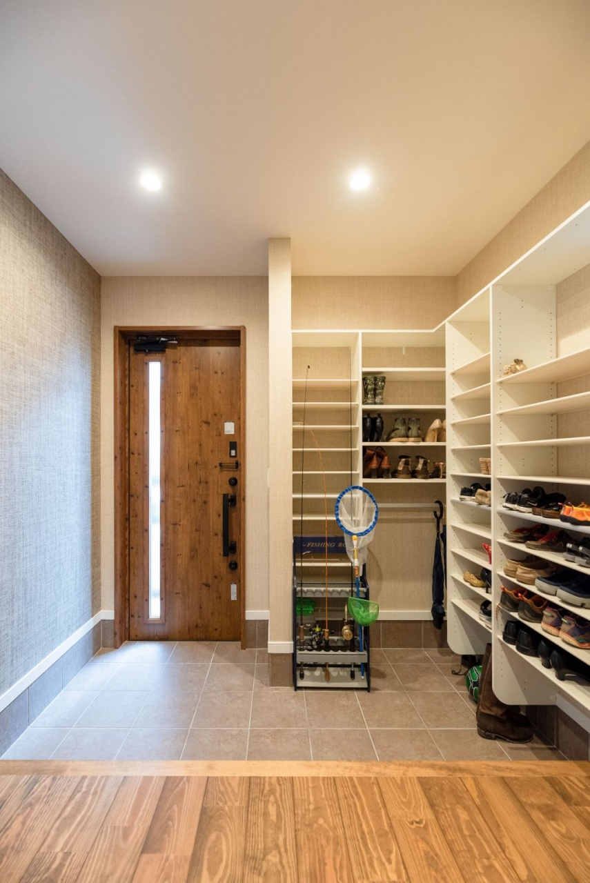 シューズクロークをオープンにしたことで玄関が広くなり、収納力もアップした