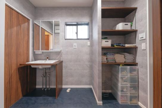 床と壁をシックな色でコーディネート。洗面は造作で