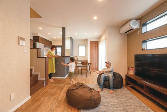 紙布の壁紙を採用。自然素材らしい、やわらかな風合いと独特の質感が、空間をやさしい雰囲気で包んでいる