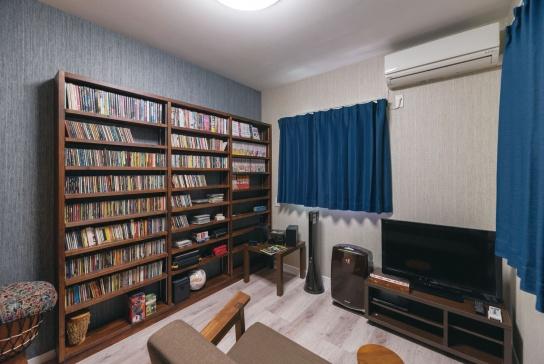 CD用の棚を造作したご主人のプライベートルーム。