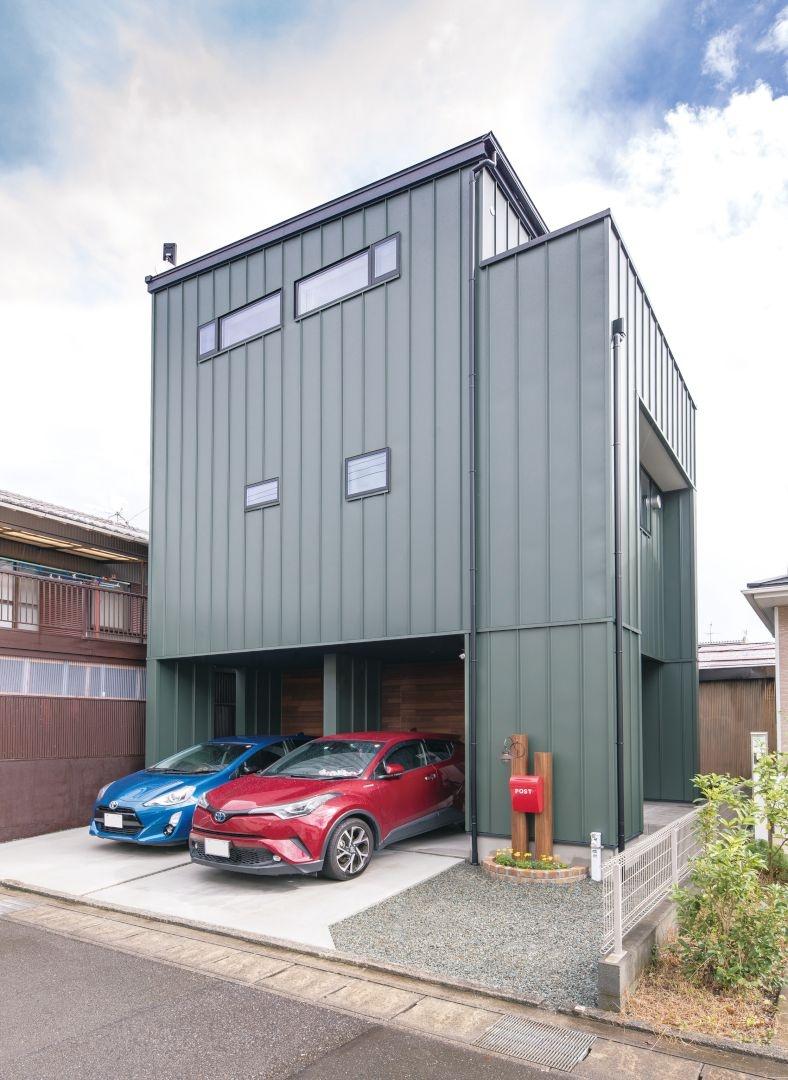 外壁はブラックよりも明るくカジュアル感のあるモスグリーンにして3階建ての圧迫感軽減。幅の広いガルバリウム鋼板でイメージ通り仕上がりに