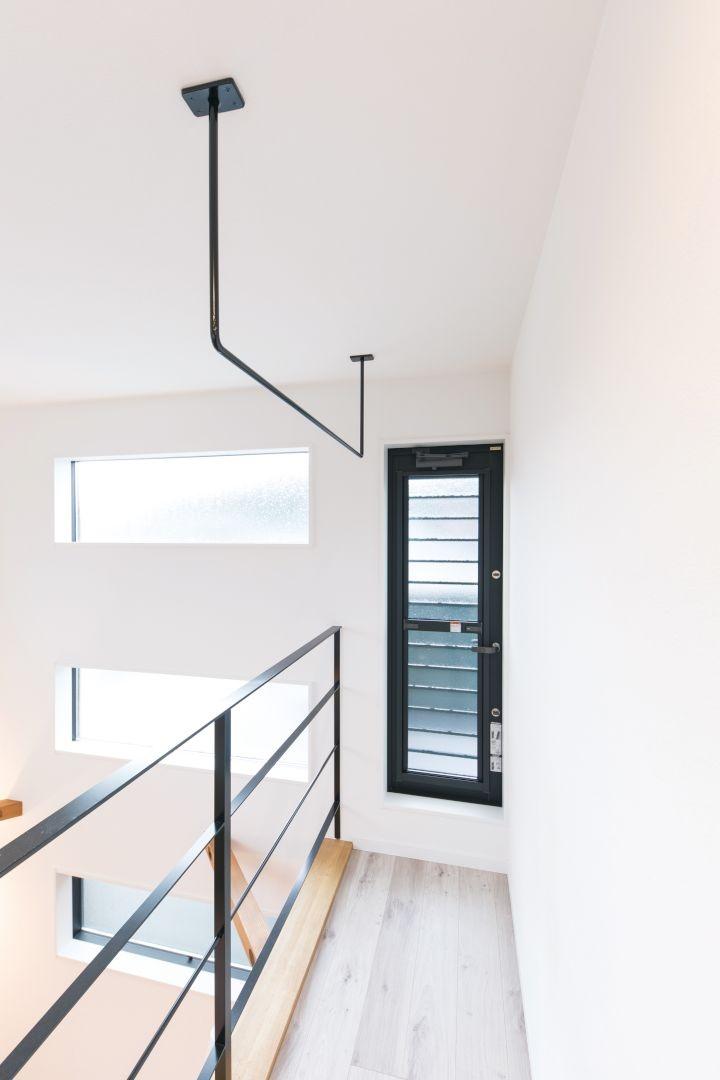 3階のホールにはアイアン製のワイヤーを取り付け、室内干しを可能に