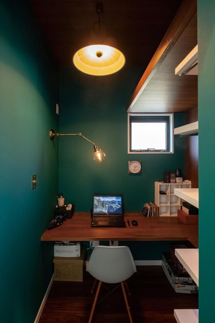 ご主人の書斎。ダークグリーンの壁紙を効果的に使ってレトロなイメージを演出した