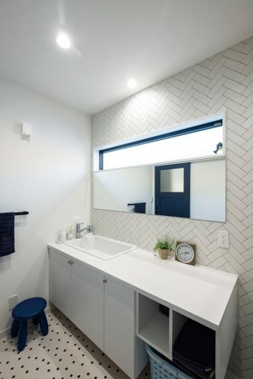 「快乾空間」からアイデアをもらって広めに作った洗面室。白で統一しつつも2種類の柄を使うことで単調になりすぎない