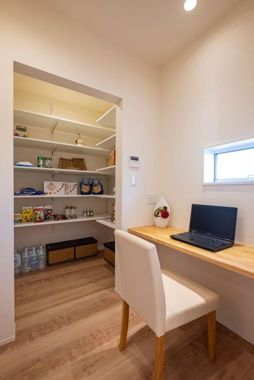 キッチン横には多目的スペースとパントリーが