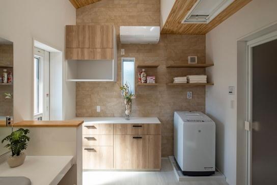 洗濯物を洗う・干す・畳む・しまうがひとつの空間で完結。電動の物干し付き