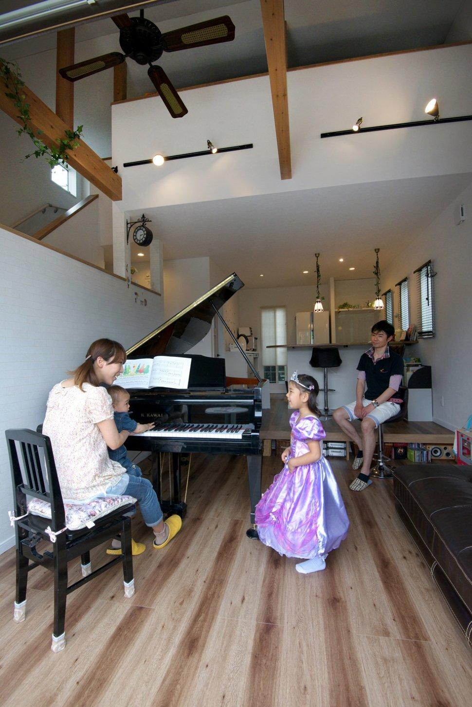 グランドピアノのあるリビング