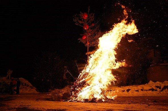 どんど焼き 正月の松飾り 注連縄 書き初め お札 お守
